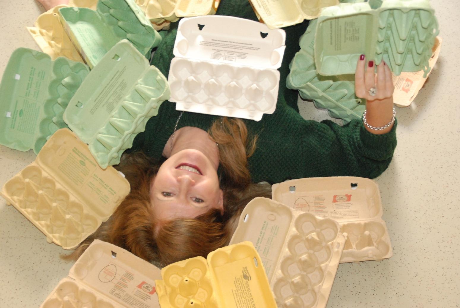 Das Foto zeigt Eigentümerin Barbarbar Tolliner mit den Schachteln der Eierschachtelchallenge