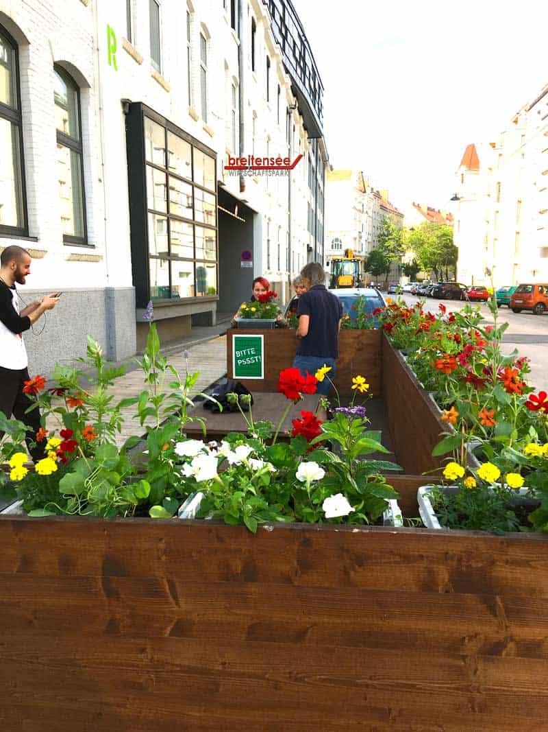 Parklet mit Blumenschmuck