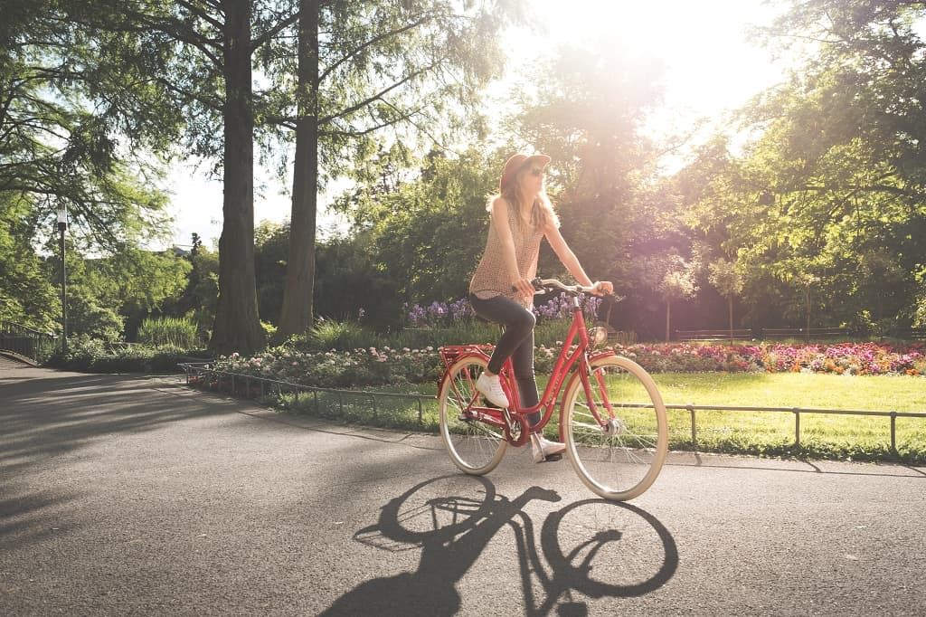 Radfahrerin in Grünen